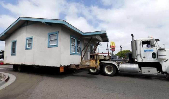 Imóvel foi transportado de seu local atual, na rua Vermont, até o bairro San Ysidro (Foto: Mike Blake/Reuters)