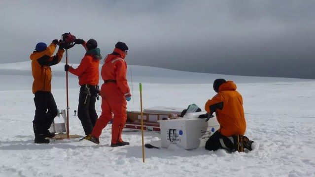 Pesquisadores coletam núcleos de gelo para desvendar informações sobre as mudanças climáticas através dos anos — Foto: British Antartic Survey/BBC