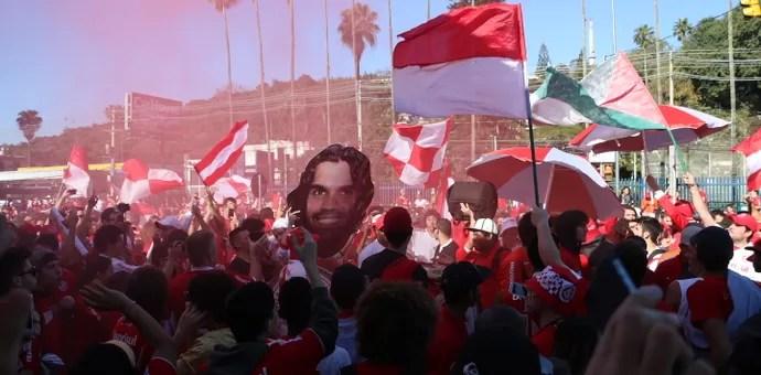 Mais de 30 mil máscaras com o rosto do ídolo colorado foram distribuídas (Foto: Diego Guichard/GloboEsporte.com)