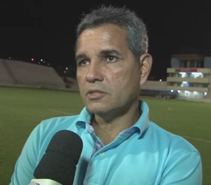Álvaro Miguéis, técnico do Atlético-AC, demonstrou chateação com falhas ofensivas na derrota para o Globo FC (Foto: Reprodução/Rede Amazônica Acre)