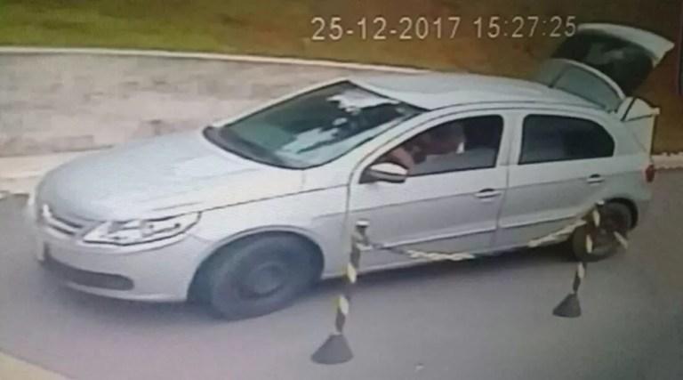 Câmeras de monitoramento flagraram homem transportando geladeira em Itatiba  (Foto: Bárbara Leão/Jornal da Região)
