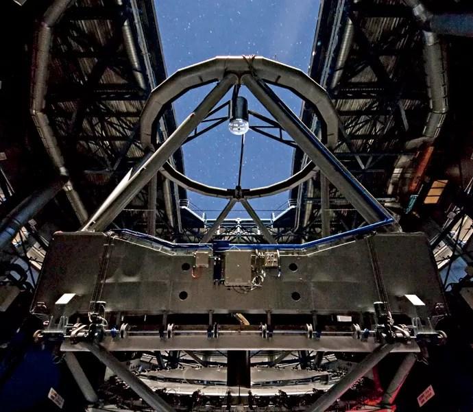 Vista de dentro, a estrutura do Very Large Telescope (VLT) parece complexa. E é mesmo. (Foto: ESO/ G. Lombardi, José Francisco Salgado, J.L. Dauvergne & G. Hüdepohl (atacamaphoto.com))