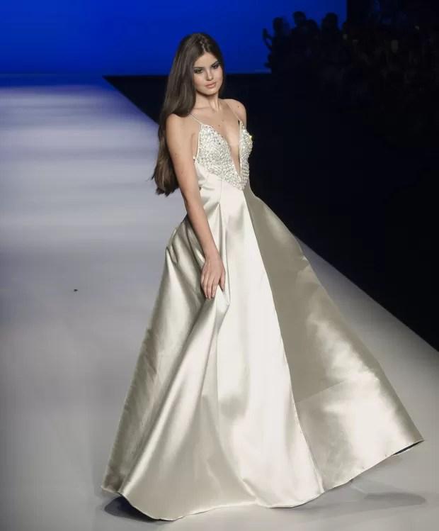 Camila Queiroz desfila em evento de moda
