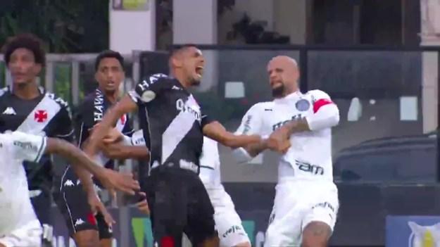Felipe Melo aplica chave de braço em Léo Matos durante jogo entre Palmeiras e Vasco — Foto: Reprodução