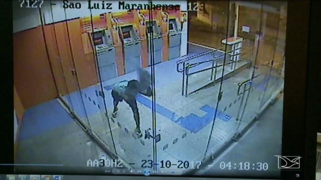 Adriano foi flagrado pelas câmeras de segurança do banco. (Foto: Reprodução/TV Mirante)
