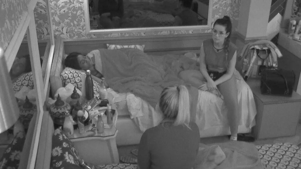 Thaís pergunta a Juliette quem ela indicaria no contragolpe do BBB21 — Foto: Globo