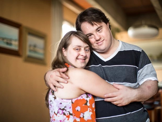 O ator Ariel Goldenberg e sua esposa, a atriz Rita Pokk; ambos têm 32 anos e síndrome de Down. Eles se conheceram em uma escola especial para pessoas com Down (Foto: Raul Zito/G1)