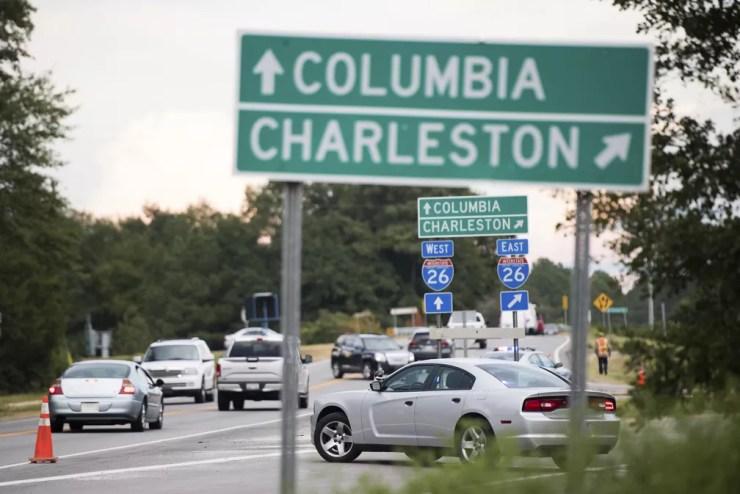 Estrada na Carolina do Sul teve inversão de sentido de faixa para que moradores do litoral do estado saiam para áreas mais altas — Foto: Sean Rayford/AP Photo