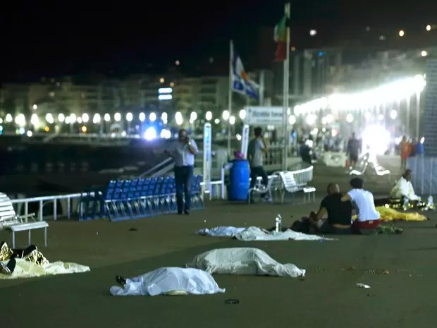 Corpos são vistos no chão após atropelamento de caminhão no sul da cidade francesa de Nice (Foto: REUTERS/Eric Gaillard)