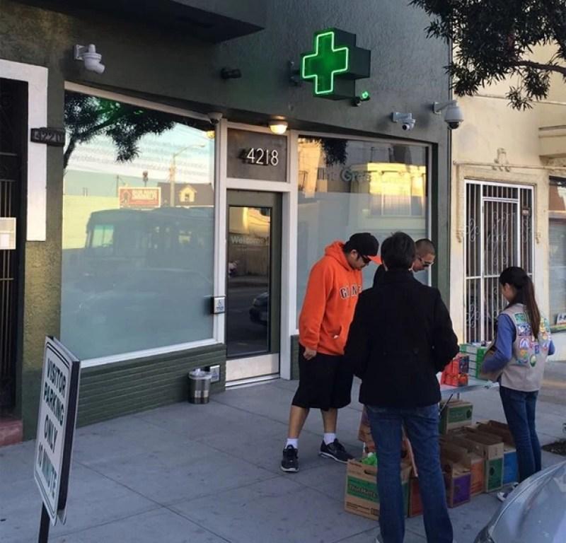Danielle Lei vendeu 117 caixas de biscoitos em apenas duas horas ao se instalar em frente a farmácia que vende maconha medicinal nos EUA (Foto: Reprodução/Facebook/The Green Cross)