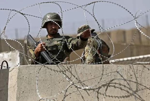 Soldado afegão defende academia militar britânica que foi atacada nesta terça-feira (5) nos arredores de Cabul, no Afeganistão (Foto: Omar Sobhani/Reuters)