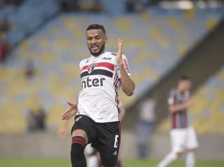 Reinaldo comemora gol do São Paulo contra o Fluminense — Foto: André Durão
