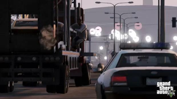 Personagem foge da polícia pendurado em um caminhão em cena de 'GTA V' (Foto: Divulgação)