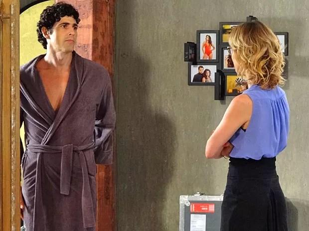 Nando e Juliana conversam no intervalo das fotos (Foto: Guerra dos Sexos / TV Globo)