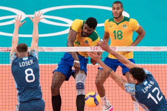 Vôlei masculino: Brasil x Argentina - Isac e Lucarelli — Foto: Julio Cesar Guimarães / COB
