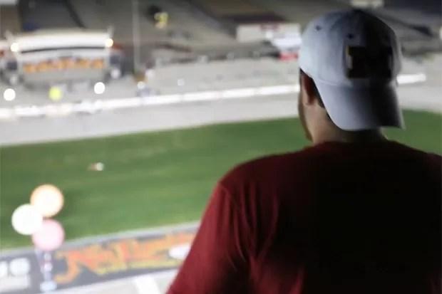 Americano subiu no topo de pista de corrida... (Foto: Reprodução)