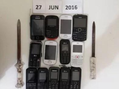 Celulares, armas e drogas apreendidos na Penitenciária Dr. Edvaldo Gomes (Foto: Divulgação/Seres)