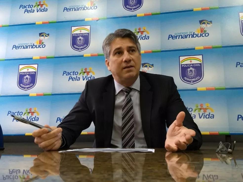 Delegado Darlson Freire afirmou que padrasto usava força física para estuprara a enteada, que ficou grávida, no Recife (Foto: Polícia Civil/Divulgação)