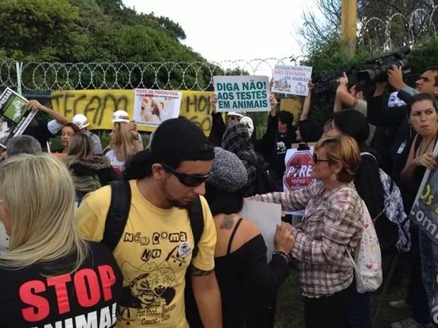 Manifestantes estão reunidos em frente ao laboratório (Foto: Jéssica Pereira/ Arquivo Pessoal)