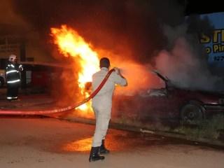 Na Rua Miguel Chaquian, dois carros foram queimados (Foto: Cleris Muniz/Agência Imagem News)