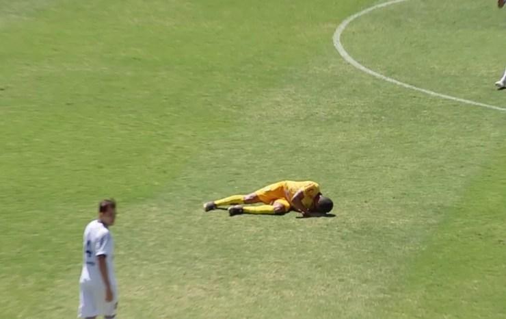 Bruno Mota tentou retornar ao jogo, mas não suportou as dores e foi encaminhado para o hospital  — Foto: Reprodução/TV TEM