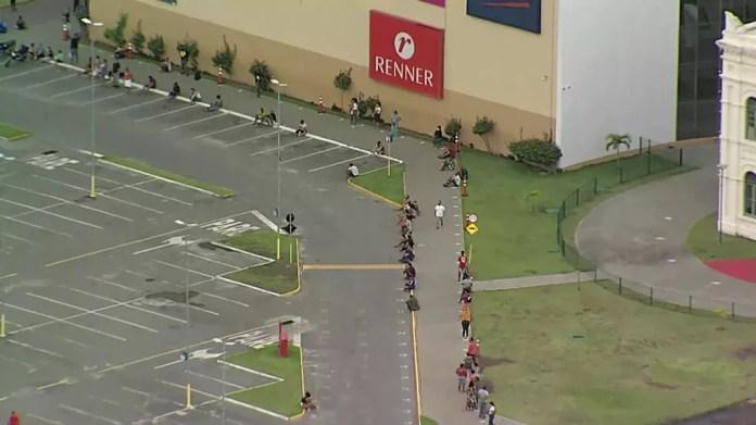 Fila no shopping Paulista North Way, na Região Metropolitana do Recife, na manhã desta terça-feira (6) — Foto: Reprodução/TV Globo