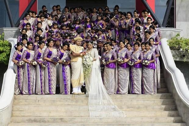 Casamento Nisansala e Nalin contou com 126 madrinhas e 25 padrinhos (Foto: Dinuka Liyanawatte/Reuters)