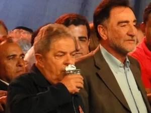 Sempre acompanhado de um copo d'água, o ex-presidente disse não poder falar muito. (Foto: Raquel Freitas/G1)