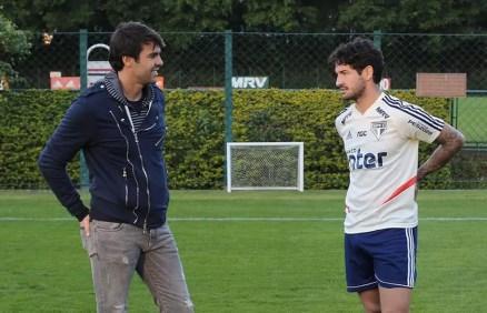 Kaká e Pato conversam no CT da Barra Funda — Foto: Rubens Chiri / saopaulofc.net