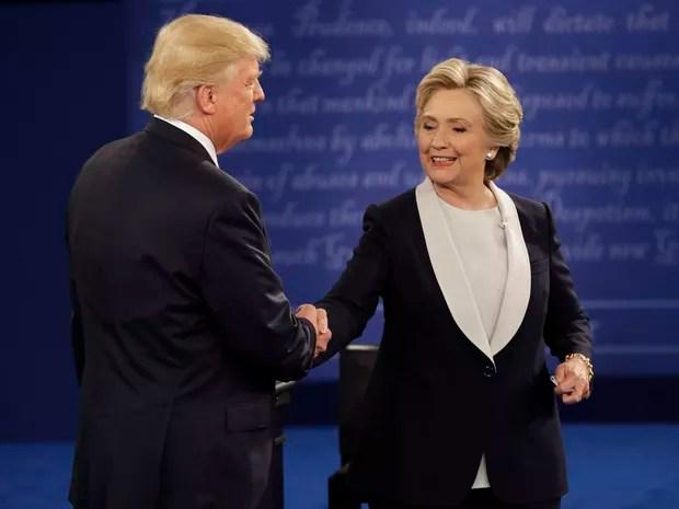 Hillary Clinton e donald Trump apertam as mãos após 2º debate (Foto: John Locher/AP)