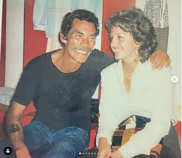 Gache Rivera com Ramón Valdés (Seu Madruga) nos bastidores de um espetáculo do elenco de Chaves na Venezuela no fim dos anos 70 (Foto: Instagram)