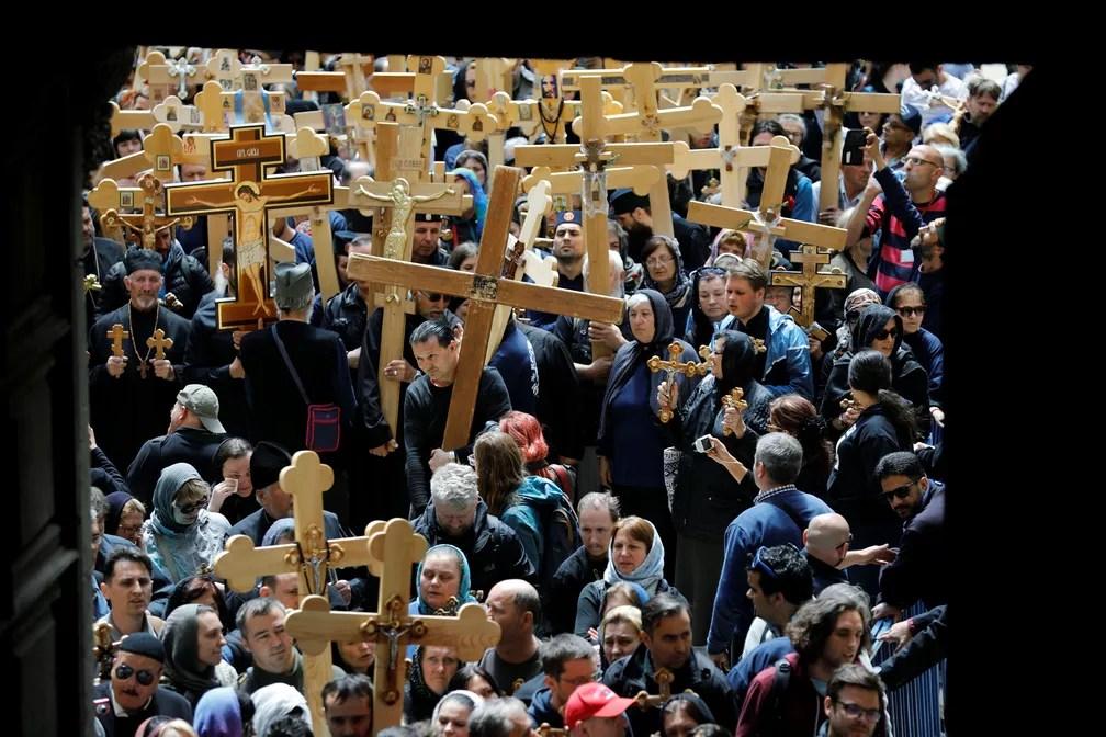 Devotos carregam cruzes durante procissão da Via Sacra, em Jerusalém, até chegar à Igreja do Santo Sepulcro (Foto: REUTERS/Amir Cohen TPX)