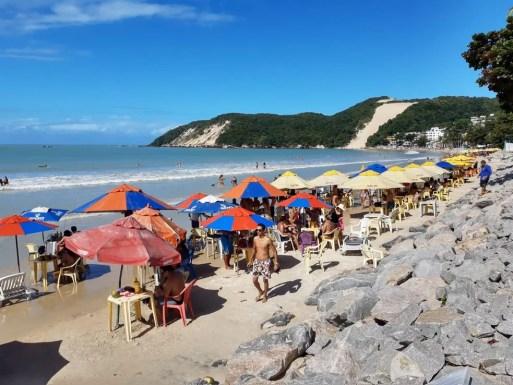 Praia de Ponta Negra, em Natal, tem barracas e mesas abertas na areia neste domingo (2) — Foto: Lucas Cortez/Inter TV Cabugi