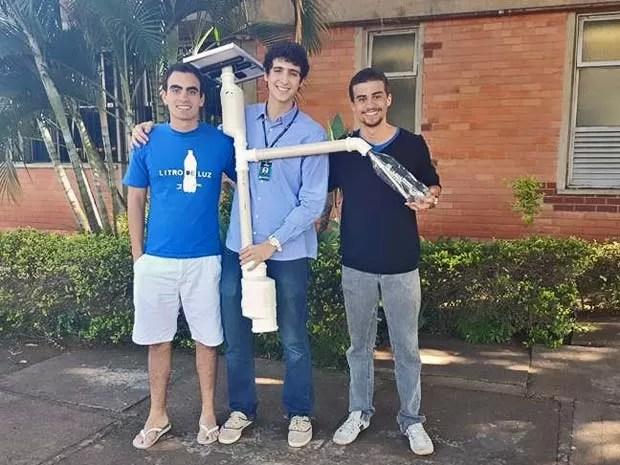 Nas ruas, poste recebe cano de PVC de três metros para ficar mais alto  (Foto: Luciana Amaral/G1)