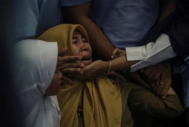 Parentes de passageiros que estavam no avião da Lion Air que caiu na Indonésia choram no aeroporto de Pangkal Pinang  — Foto: Antara Foto/Hadi Sutrisno via Reuters