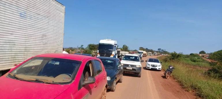 Congestionamento de veículos após fechamento da BR-364 — Foto: WhatsApp/Reprodução