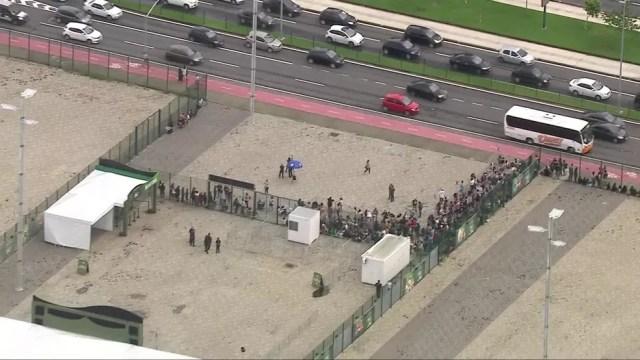 Fãs de Sandy e Junior enfrentam fila na Jeunesse Arena para comprar ingressos — Foto: Reprodução / Globocop