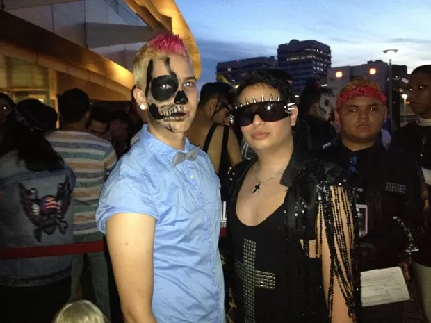 Os amigos Gabriel, 24, e Alexis, 21, antes do show de Lady Gaga em San Juan (Foto: G1)