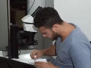 Biólogo Diego Nunes Barbosa trabalha em sua pesquisa, na Universidade Federal do Espírito Santo  (Foto: Diego Nunes Barbosa/Divulgação)
