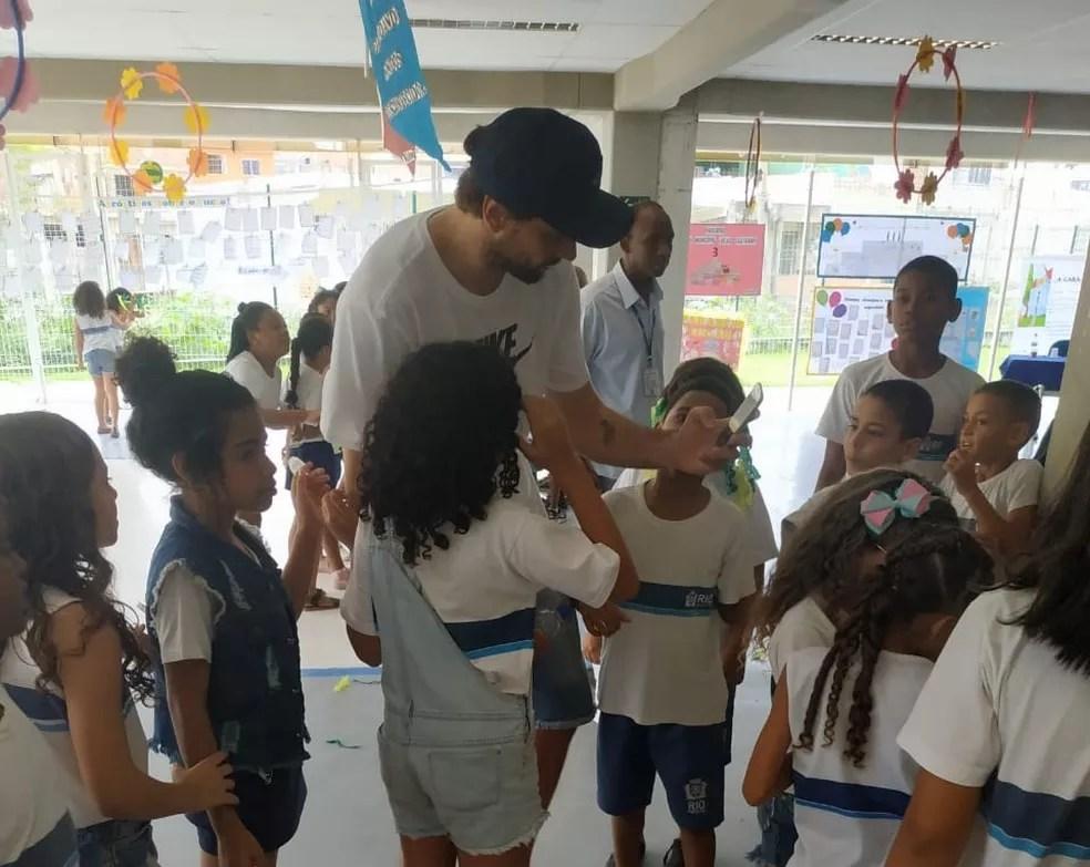 Após título da Copa do Mundo de Vôlei, Lucão visita escola com o seu nome na Maré — Foto: CBV