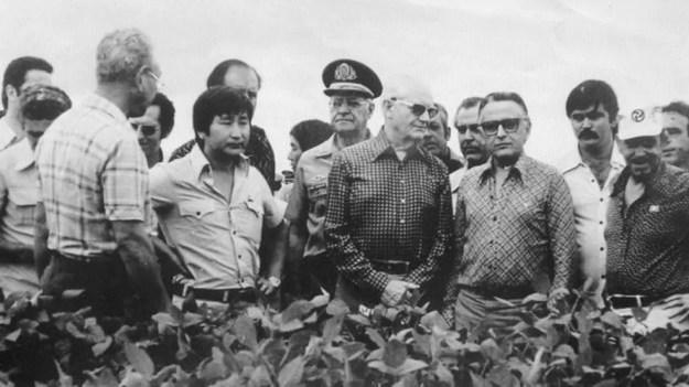 O presidente Ernesto Geisel visita uma lavoura em Minas Gerais em meio a projeto de exploração do Cerrado — Foto: Acervo do Museu Histórico da Imigração Japonesa no Brasil