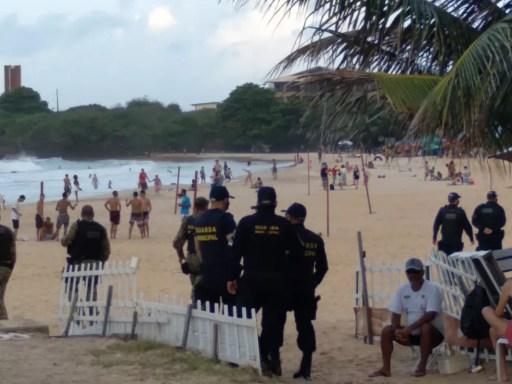 Fiscais da Semurb e agentes da guarda municipal em praia de Natal — Foto: Divulgação