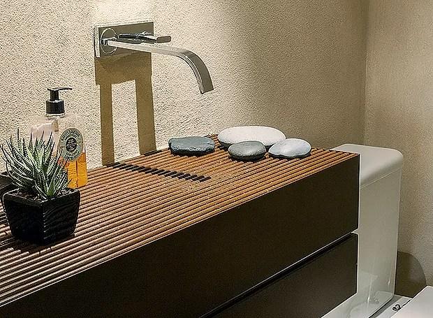A cuba do lavabo fica oculta com a bancada e a grelha de aço corten neste lavabo (Foto: Victor Affaro/ Editora Globo)