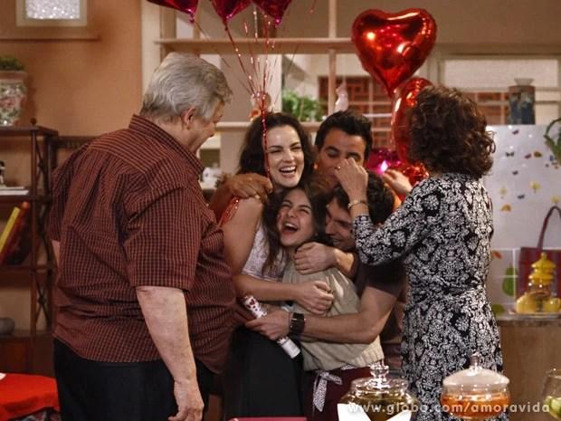 Família recebe Paulinha com festa surpresa (Foto: Amor à Vida / TV Globo)