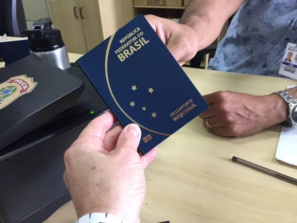 Entrega de passaporte em posto da Polícia Federal, em imagem de arquivo (Foto: Márcia Callegaro/G1)