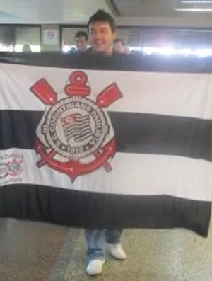 Corintiano leva bandeira, provoca e arruma confusão (Foto: Diego Ribeiro / Globoesporte.com)