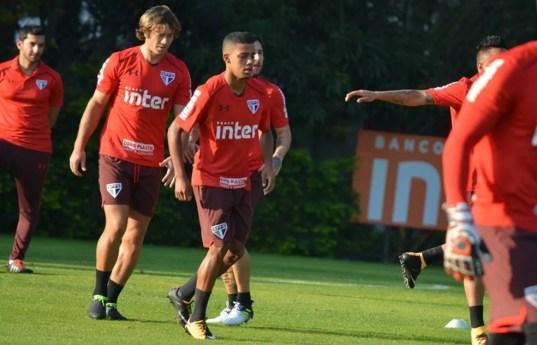 Novato e veterano em treino do São Paulo (Foto: Érico Leonan / saopaulofc.net)