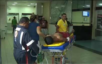 Venezuelano, vítima de facadas, em atendimento no Hospital de Trauma de João Pessoa. — Foto: Reprodução/TV Cabo Branco