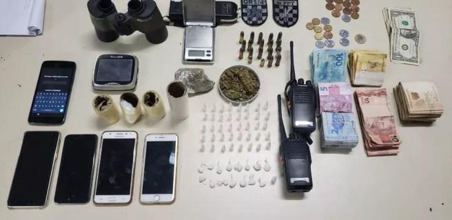 Drogas, dinheiro e celulares foram apreendidos no Campeche — Foto: Polícia Militar/Divulgação