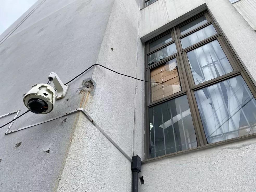 Banco em Criciúam ficou com marcas de tiro — Foto: Eduardo Prestes/NSC TV